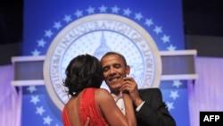 Мишел менен Барак Обамалар ант берүү салтанатынын кечиндеги балда.