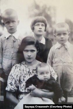 Сташкевічы перад вайной: маці з дачкой Сьветай (сядзяць), Эдуард (стаіць зьлева), Жора (стаіць справа), малодшая сястра маці (стаіць у цэнтры)