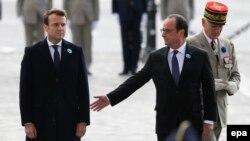 Эммануэль Макрон и действующий президент Франции Франсуа Олланд на праздновании Дня победы 8 мая 2017 года