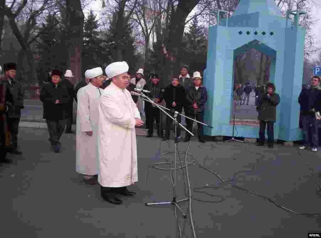 Айт намаз муфтий Мураталы-ажы Жумановдун имамдыгы менен окулду - Kyrgyzstan -- On Kyrgyz Muslims' Kurman Ait (Eid al-Adkha) Mass Prayer at the Square, Bishkek, 08dec08