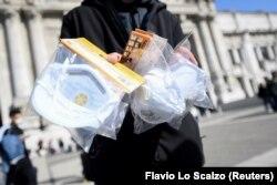 Мілан, Італія: вуличний торговець захисними масками біля центрального вокзалу, 24 лютого 2020 року