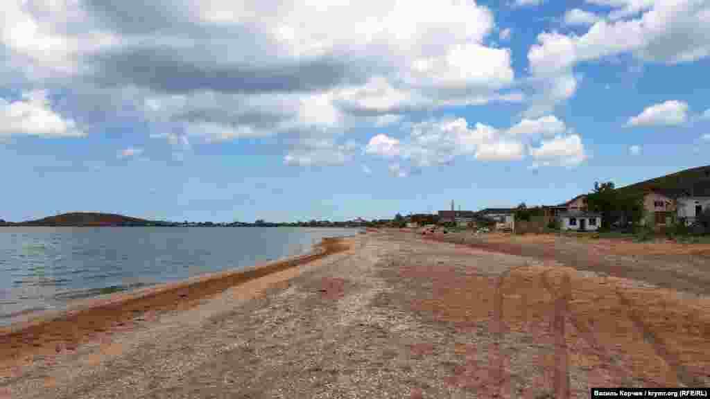Селище Курортне розташоване в Ленінському районі неподалік Керчі на узбережжі Азовського моря. Широкі піщані пляжі та неглибоке море завжди приваблювали сюди безліч відпочивальників