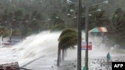 Gjatë tajfunit në Filipine valët e ujit e kanë arritur lartësinë deri në 6 metra