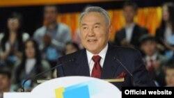 Президент Казахстана Нурсултан Назарбаев выступает на II съезде молодежного крыла «Жас Отан». Астана, 16 ноября 2012 года.