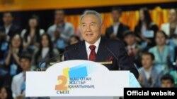 Президент Казахстана Нурсултан Назарбаев на съезде молодежного крыла «Жас Отан». Астана, 16 ноября 2012 года.