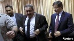 وزير الخارجية العراقي هوشيار زيباري ونظيره التركي داود أحمدأوغلو يلتقيان في معبر رفح ضمن وفد وزاري لتقديم الدعم الى قطاع غزة.