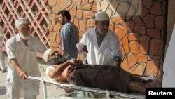 Медики несут пострадавшего при взрыве в афганской провинции Нангархар.