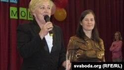Алена Церашкова (справа) атрымлівае падзяку ад кіраўніцтва гімназіі за арганізацыю сьвята беларускай мовы.