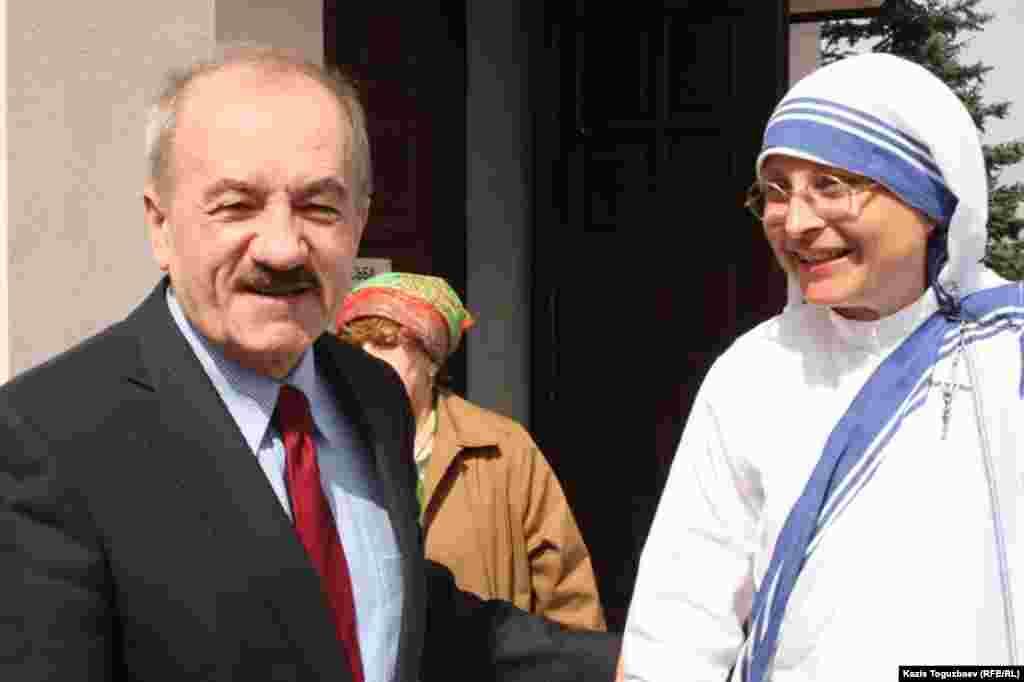 Слева генеральный консул Польши в Казахстане Веслав Осуховски. Алматы, 31 марта 2013 года.