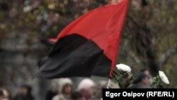 Флаг анархистов на Болотной площади в Москве 6 мая 2012 года