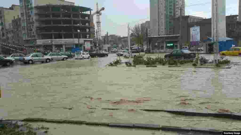 به دنبالوقوع سیل در ۱۴ استان ایراندر بهمن ماه حداقل سه نفر کشته شده و پنج نفر مفقود شدهاند. یکی از این قربانیان برای گرفتن «عکس سلفی» به کنار رودخانهای در جیرفت رفته بود.