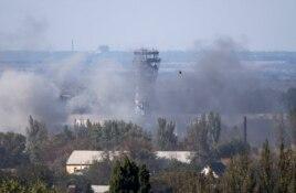 Әуежайдағы атыстың түтіні. Донецк, 3 қазан 2014 жыл.