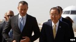أمين عام الأمم المتحدة بان كي مون في مطار بغداد مع ممثله الخاص في العراق نيكولاي ملادينوف