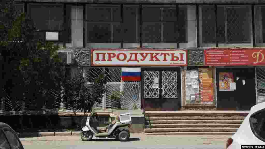 В Щебетовке осталось довольно много старых советских зданий, таких, например, как этот магазин