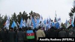 У памятника М.Э.Расулзаде в поселке Новханы, 31 января 2012