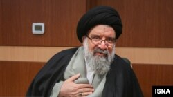 احمد خاتمی، در گفتوگویی «تنها شخصیتی را که در حال حاضر لباس رهبری بر قامت او زیبنده است، فقط و فقط» آیتالله خامنهای دانست