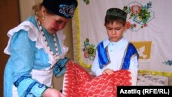 Нурсинә Минәҗева үзенең кул эшләрен күрсәтә