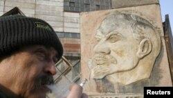 Темекі тартып тұрған еркек. Ресей, Красноярск, 25 ақпан 2012 жыл.
