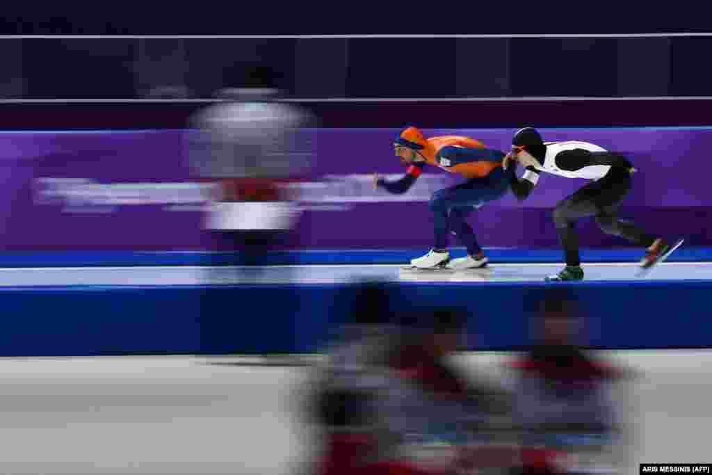 Катання на ковзанах: нідерландець Кьєлд Нейс (ліворуч) та японець Такуро Ода змагаються під час чоловічих змагань на дистанції 1500 метрів. Нейс отримав золоту медаль