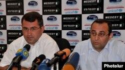 Армен Мартиросян («Наследие») и Арцвик Минасян (АРФД) на пресс-конференции, Ереван, 26 июля 2011 г.