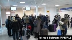 Putnici na aerodromu, Mostar, foto: Mirsad Behram