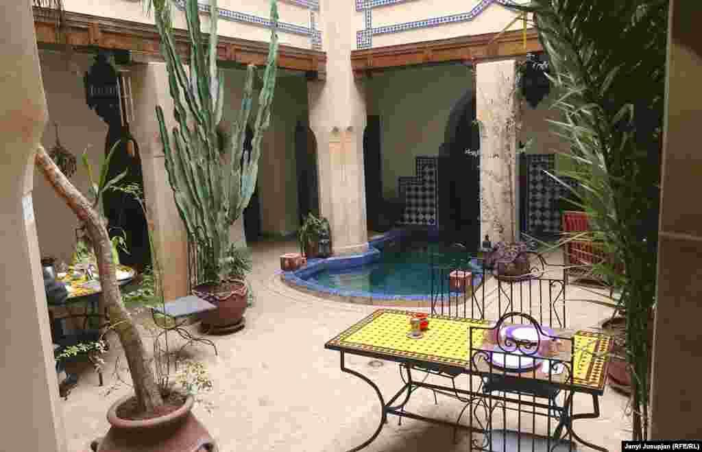 Гостевые дома в Марокко называют «риад». По прилету в Маррокеш вас просят заполнить формуляр, где нужно указывать адрес проживания. Там можно написать название гостевого дома без указания конкретнего адреса. Кстати, полиция может позвонить в ваш риад и расспросить о вас. Риад в Маррокеш напоминает дома в старинном Кашгаре, где целые поколения жили под одной крышей. Это дом в два или три этажа, в середине есть общий дворик под открытым небом, а вдоль коридоров отдельные комнаты.