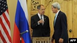Sekretari amerikan i shtetit John Kerry (djathtas) dhe ministri i jashtëm rus Sergei Lavror gjatë një takimi në kuadër të samitit APEC