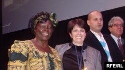 Вангари Маатаи (первая слева)