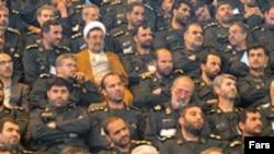 نويسنده مقاله می گويد سپاه در حال کنار زدن روحانيون از ساختار قدرت در جمهوری اسلامی است.(عکس تزيينی است)