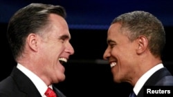 Mitt Romni (çepde) we Barak Obama. 3-nji oktýabr, 2012 ý.