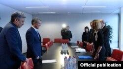 Президент Алмазбек Атамбаев жана Евробиримдиктин тышкы саясат боюнча жогорку комиссары Федерика Могерини, Брюссел, 16-февраль 2017-жыл.