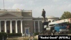 Демонтаж памятника Ленину в городе Бустон на севере Таджикистана.