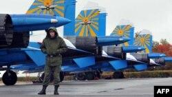 Российские самолеты Су-25 на военной базе в кыргызском городе Кант. 27 октября 2013 года.