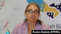 АҚШ мемлекеттік хатшысының азаматтық қауіпсіздік, демократия және адам құқықтары жөніндегі орынбасары Сара Сьюэлл. Астана, 17 тамыз 2016 жыл.