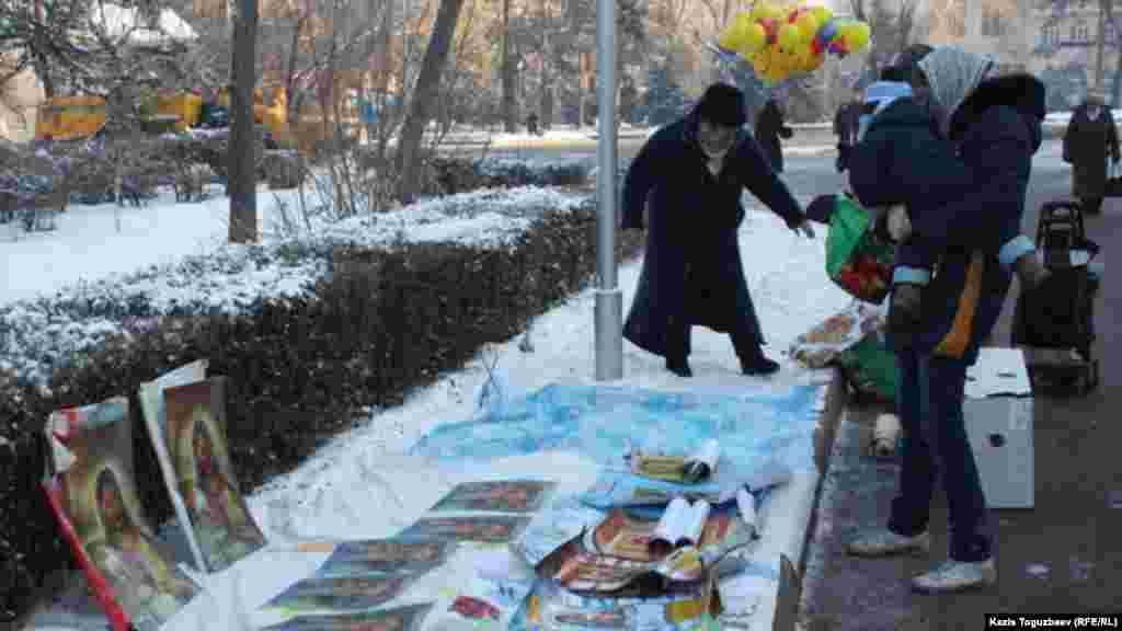 Рождество кезінде Свято-Вознесенск соборы алдында жүрген жұрт. Алматы, 7 қаңтар 2014 жыл.