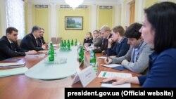 Петро Порошенко (в центрі зліва) на зустрічі з представниками громадських організацій щодо змін до закону про е-декларування, Київ, 27 березня 2017 року