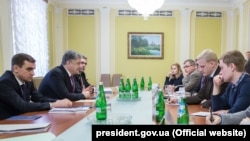 Ukrainian President Petro Poroshenko (second from left) meets with representatives of anticorruption NGOs in Kyiv on March 27.
