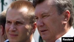 Екс-президент України Віктор Янукович (П) і його син Олександр