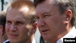 Смещенный президент Украины Виктор Янукович с сыном Александром.