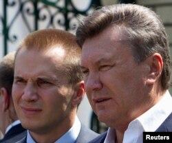 Украинаның биліктен қуылған экс-президенті Виктор Янукович (оң жақта) ұлы Александрмен. Сәуір, 2010 жыл.