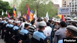 Կենսաթոշակային բարեփոխումների դեմ բողոքի ակցիա Երևանում, ապրիլ, 2014թ․