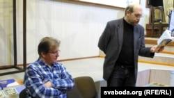 Лявон Баршчэўскі падчас прэзэнтацыі ў Магілёве, чытае вершы. Побач ягоны калега, перакладчык і выдавец Зьміцер Колас