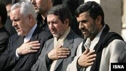 مجتبی ثمره هاشمی(نفر وسط) در کنار محمود احمدینژاد و محمدرضا رحیمی.