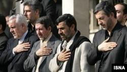 از راست: اسفندیار رحیم مشایی، محمود احمدی نژاد، مجتبی هاشمی ثمره و محمدرضا رحیمی