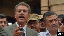 Waseem Akhtar (solda)