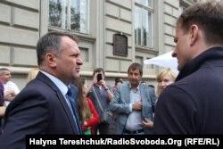 Голова Львівської ОДА Олег Синютка спілкується з представниками партії «Самопоміч»