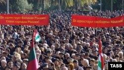 """Некоторые рассуждают о планах проведения """"ответного"""" митинга сторонников президента: мы, мол, побольше людей соберем"""