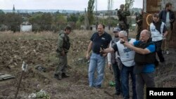 Наблюдатели ОБСЕ на окране Макеевки Донецкой области, где найдены могилы погибших мирных жителей