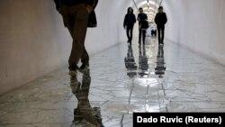Posjetioci hodaju po umjetničkoj instalaciji u bunkeru bivše JNA u blizini Konjica