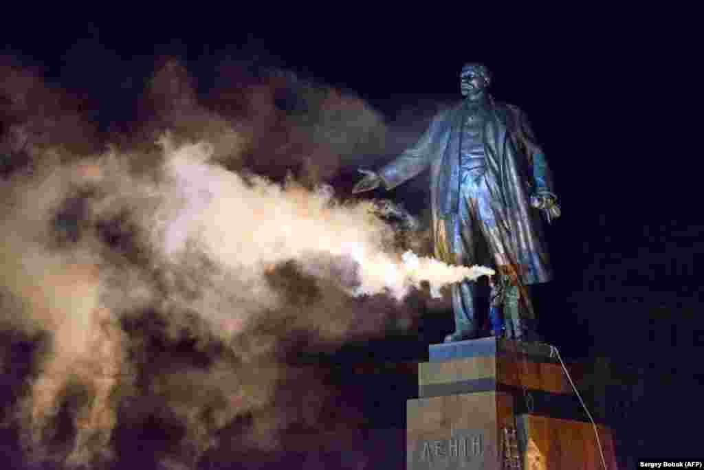 Активісти із фаером біля пам'ятника Леніна